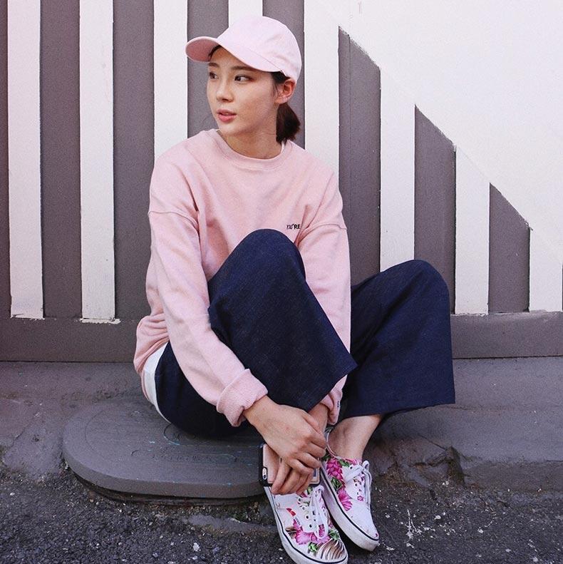 핑크 스웨트셔츠가 캡 모자와 만나 러블리 지수 더블 업! #로코보니타 #2만원대 @tjsal92
