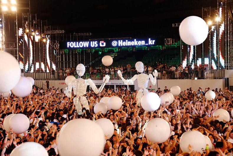"""""""음악은 하이네켄의 주요 DNA""""라는 마음으로 전 세계 200여 개의 음악 페스티벌을 후원하고 축제를 기획하는 곳이기도 하다."""