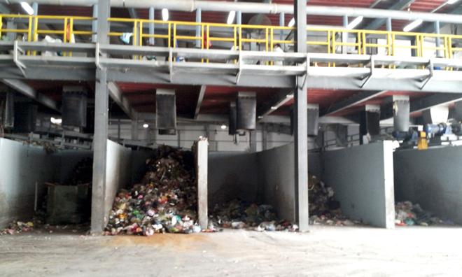 과거 쓰레기더미였던 그 곳이 한국의 폐기물 처리기술을 만나 유기질 비료로 쓰일 수 있는 퇴비를 만들어낸다
