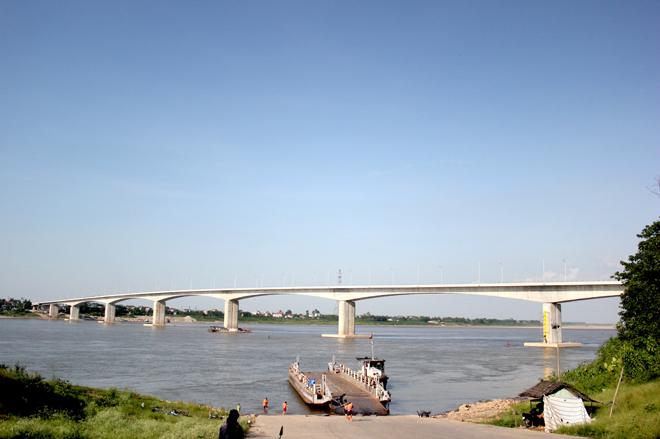 빈틴 교량은 홍강(Red River)에서 길이가 가장 긴 다리로, 원효대교와 모양·공법이 비슷하여 '베트남의 원효대교'라 불린다.