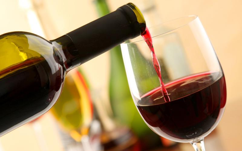 잠 안 올때 마시는 한두 잔의 술은 숙면에 도움이 된다.
